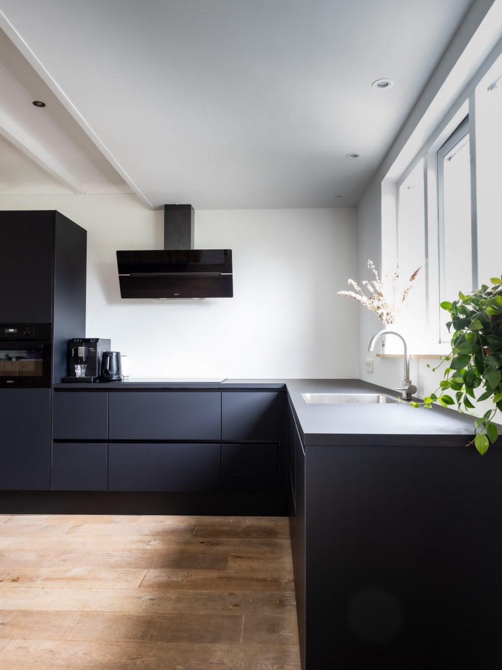 Bold Black Interior Style Tips 8
